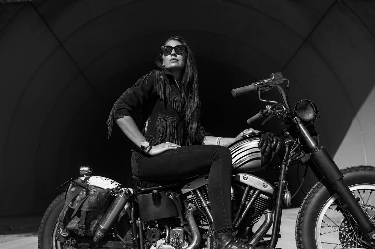 James Ay Sunglasses - Frau auf MC mit schwarze sonnenbrillen - bei Laufsteg-Strausberg