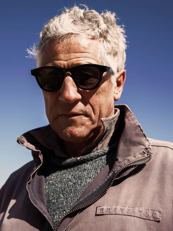 James Ay Sunglasses - Mann mit schwarze sonnenbrillen in der Natur - bei Laufsteg-Strausberg